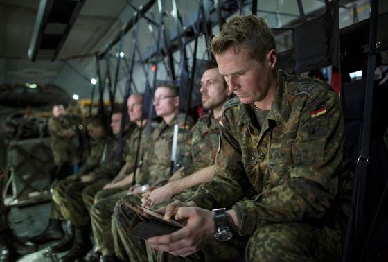 Soldaten im Flugzeug auf dem Weg nach Syrien: Die Bundeswehr richtet eine neue Abteilung ein. Einsatzort wird der Computer sein.