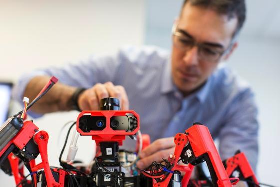 Den Spinnenrobotern gehört möglicherweise die Zukunft der Industriearbeit. Chefentwickler Livio Dalloro ist jedenfalls davon überzeugt, dass seine SiSpis das Zeug dazu haben.