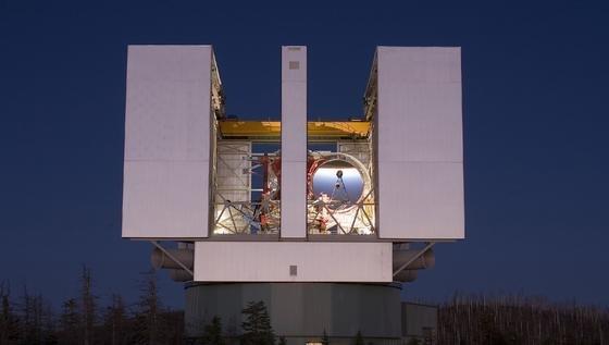 Das LBT (Large Binocular Telescope) hier noch ohne den zweiten 8,4 großen Spiegel. Die rotierende Anlage ist rund 60 m hoch.Foto: MPE