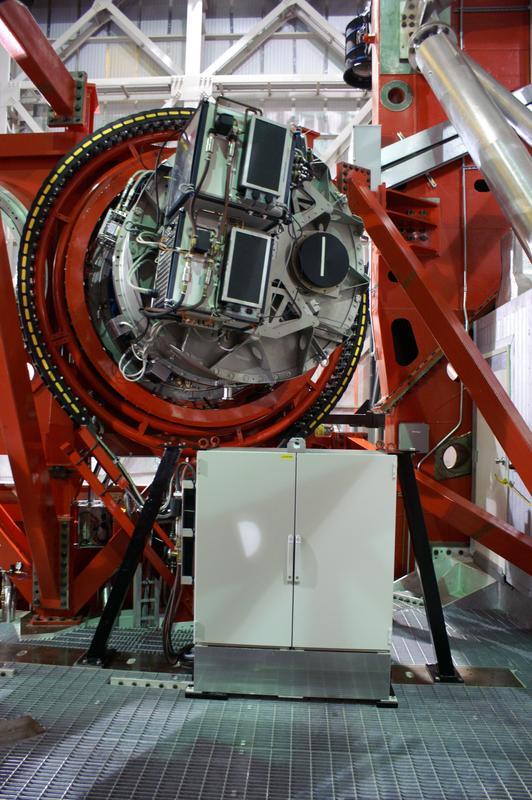 Der Luci-Spektrograph nach seiner Installation am Teleskop. Sein Hauptteil ist in einem großen Kryostaten-Tank hinter den beiden schwarzen Elektronikboxen im Vordergrund verborgen.