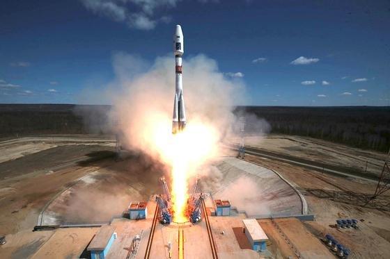 Geglückter Start der Sojus-2.1a vom neuen russischen Weltraumbahnhof Wostotschny: Die Rakete hob um 4:01 MESZ vom Boden ab.