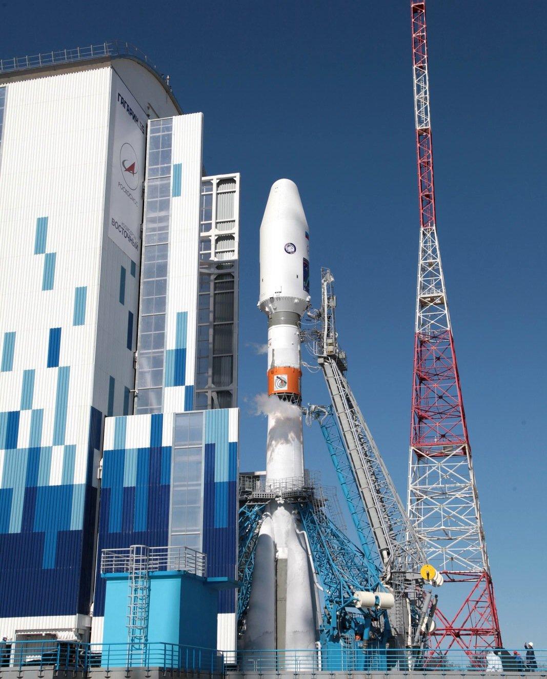Der 52 m hohe Versorgungsturm auf demneuen Weltraumbahnhof Wostotschny. Die Ingenieure können darin selbst bei minus 50° Celsius geschützt arbeiten.