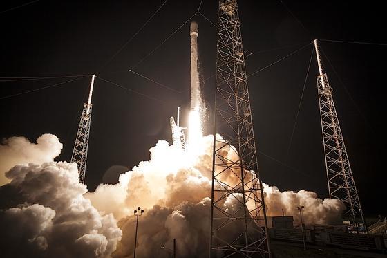 Start einer Falcon-9-Rakete. An der Spitze befindet sich die Raumkapsel Dragon mit Versorgungsgütern für die Internationale Raumstation ISS. Für die Marsmission entwickelt SpaceX Rakete und Raumkapsel weiter.