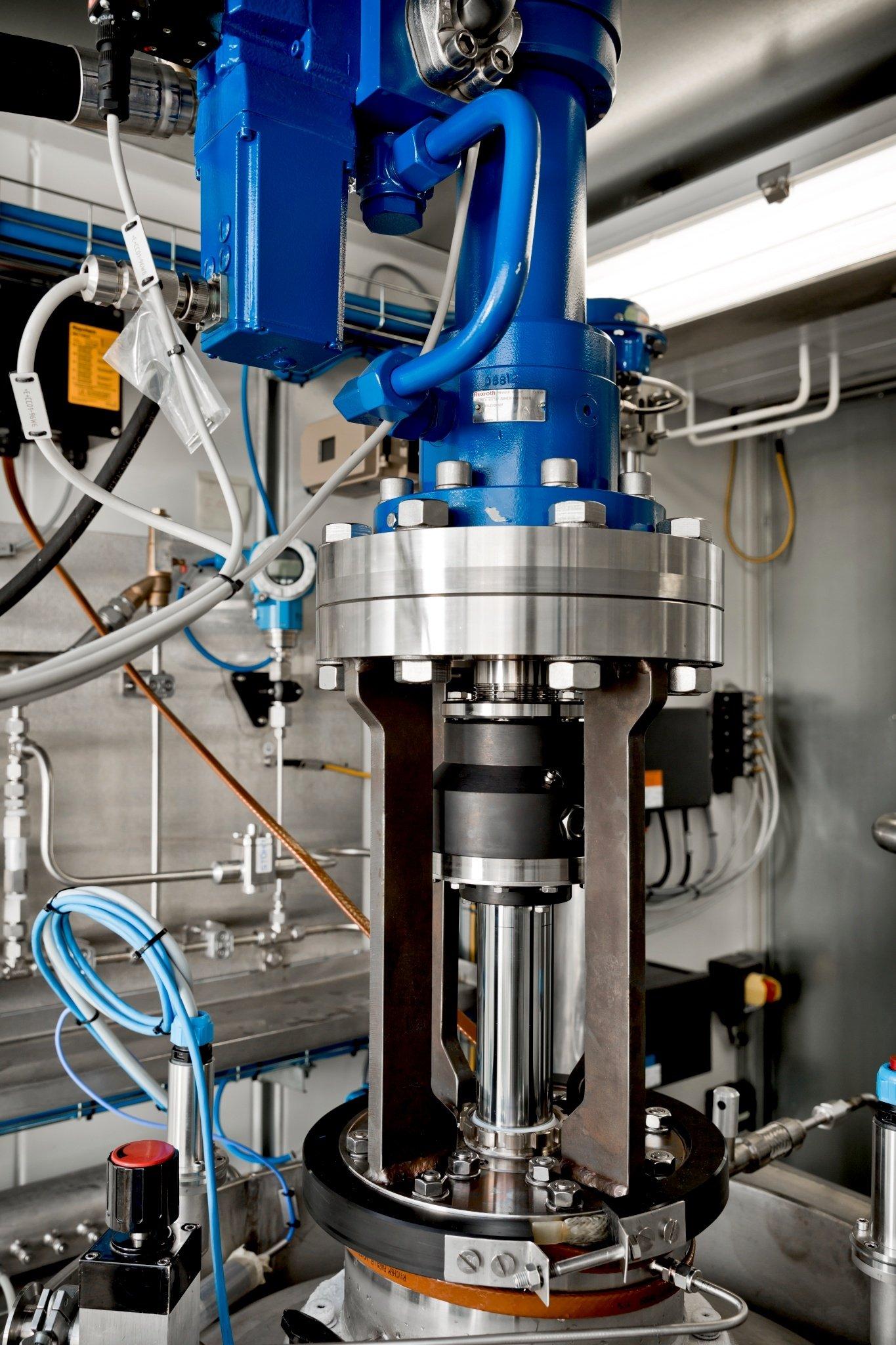 Die Kryopumpe, die Linde auf der Hannover Messe präsentiert, ermöglicht eine Verdichtung des zu betankenden Wasserstoffs auf bis zu 900 bar.