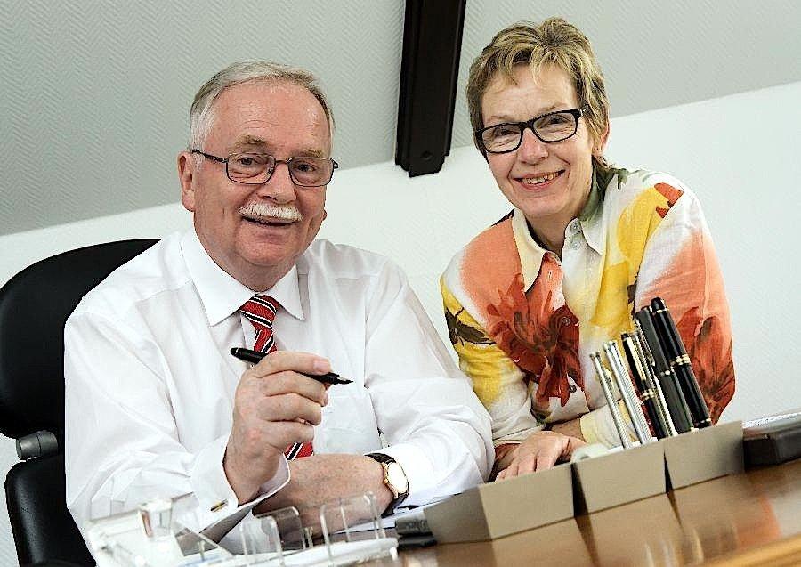Heiko Mell und Ursula Bornmann sind ein eingespieltes Team: Mell schreibt seine Karrieretipps durchweg per Hand, Frau Bornmann tippt sie in den Computer und schickt sie an die VDI nachrichten.