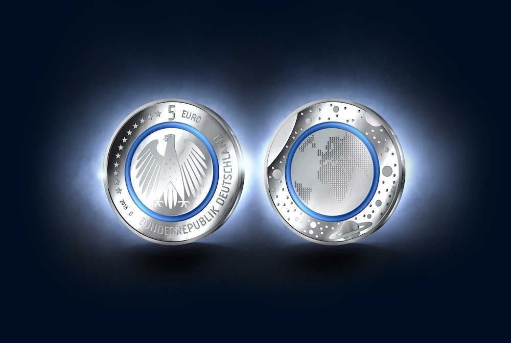 """Die neue Fünf-Euro-Münze mit dem Motiv """"Planet Erde"""" ist mit ihrem Polymerring eine Weltneuheit."""