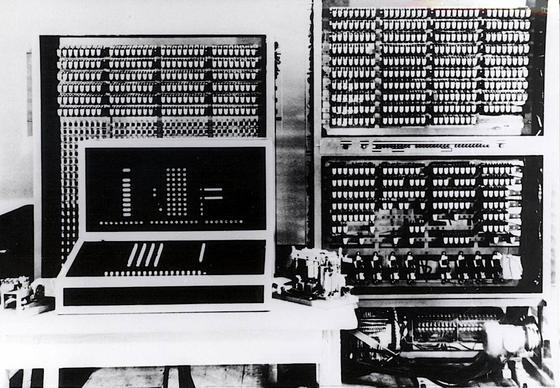 Z3 von Konrad Zuse gilt als der erste Computer der Welt. Zuse stellte ihn am 12. Mai 1941 in Berlin der Öffentlichkeit vor. Das Foto zeigt einen Nachbau der im Krieg zerstörten Maschine 1960 im Deutschen Museum in München.