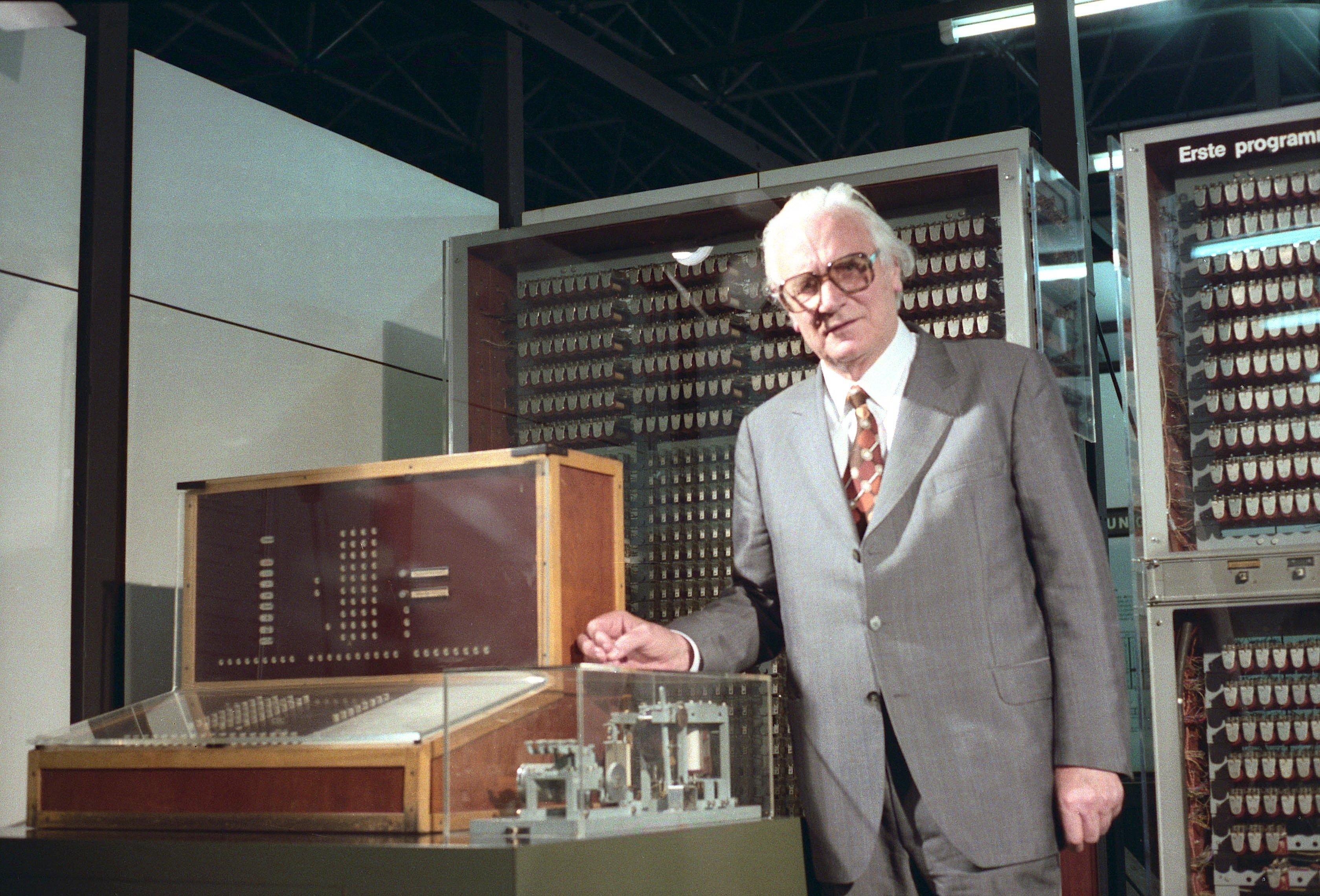 Konrad Zuse mit Z3, dem ersten Computer der Welt, im Deutschen Museum: Ein Nachbau der im Krieg zerstörten Maschine steht heutein der Abteilung Informatik des Deutschen Museums in München.