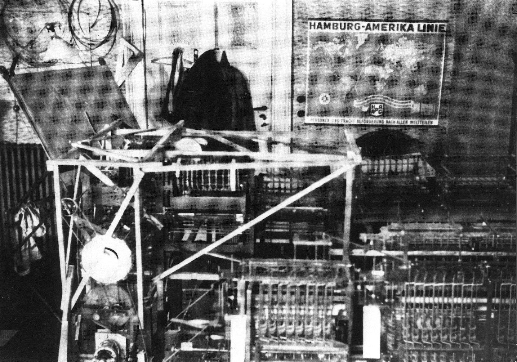 Die Rechenmaschine Z1im Wohnzimmer der Eltern Konrad Zuses: Der mechanische binäre Speicher des ersten Versuchsmodells eines Rechenautomaten war auszahlreichen ausgeklügelt geformten Blechen zusammengesetzt. Der Speicher wurde rückwirkend als Z1 bezeichnet. Da die Mechanik aber nicht zuverlässig funktionierte, stieg Zuse dann aufelektromechanische Relaistechnik um.