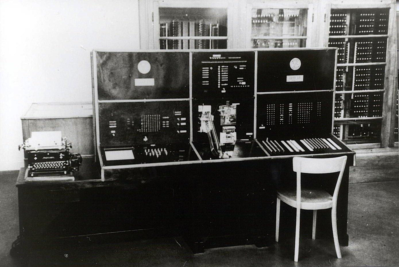 Bedienpult der Z4 im Jahr 1950: Der Computer wurde von der ETH Zürich für Rechenoperationen gemietet. Heute steht die Z4 im Deutschen Museum in München.