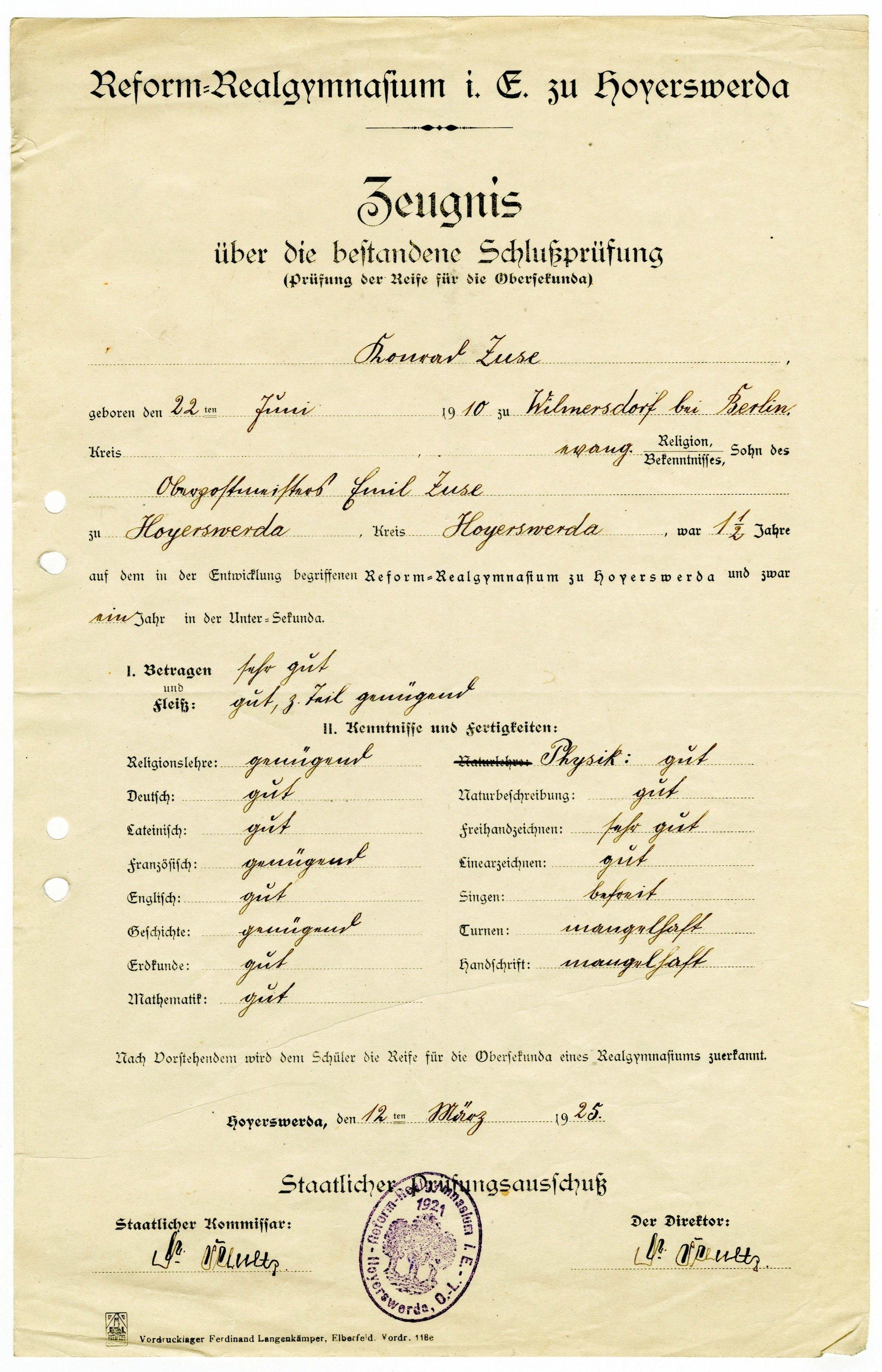 """Konrad Zuses Zeugnis des Reform-Realgymnasiums Hoyerswerda vom 12. März 1925:Die Lehrer benoteten den Fünfzehnjährigen in den meisten Fächern mit """"gut"""" oder """"befriedigend"""", in Freihandzeichnen sogar mit """"sehr gut"""", während sie seine Leistungen in Turnen und Schreiben mit """"mangelhaft"""" bewerteten. Vom Singen war Zuse sogar befreit."""