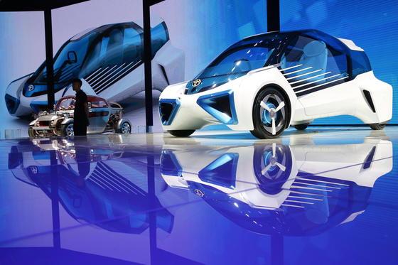 Der Toyota FCV Plus ist nur 3,80 m lang, aber trotzdem ein Raumwunder. Die Brennstoffzelle sitzt zwischen den Vorderrädern, die Tanks zwischen den Hinterrädern. Den Vortrieb übernehmen vier Radnabenmotoren.