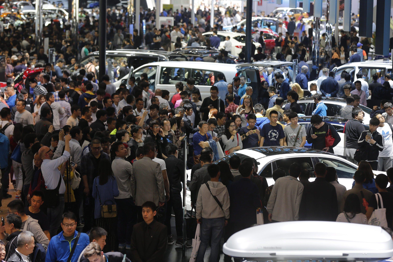 Der Andrang des Publikums auf der Auto China 2016 ist unglaublich. Teilweise stehen die Besucher im Stau, Schilder fordern zum Weitergehen auf.