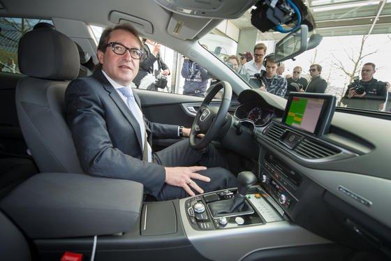 """Bundesverkehrsminister Alexander Dobrindt will jetzt auch den CO<custom name=""""sub"""">2</custom>-Ausstoß der Autos prüfen lassen. Längst geschehen, heißt es in Medienberichten. Das Ministerium halte die Prüfberichte aber zurück."""