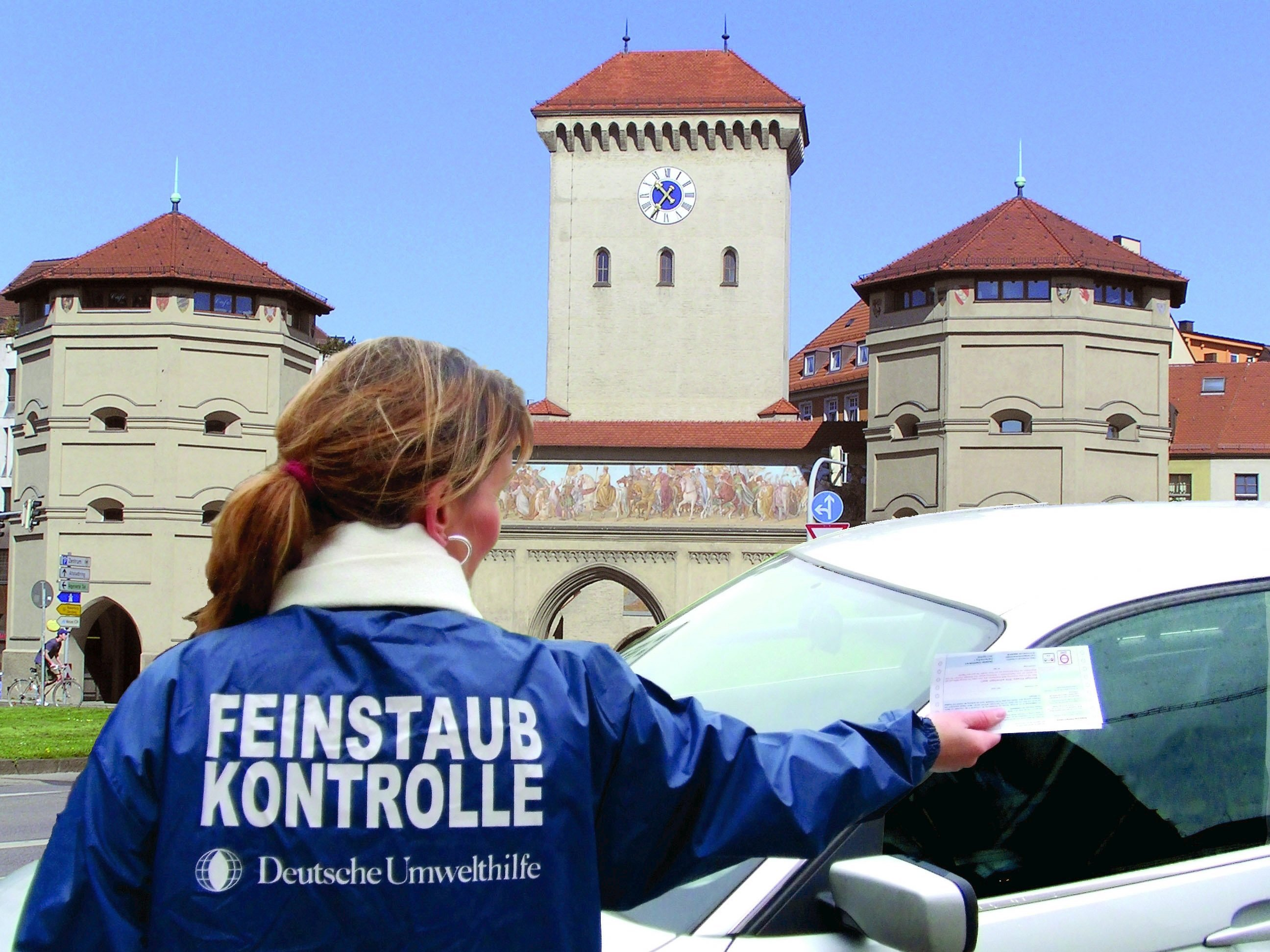 Feinstaub-Teams der Deutschen Umwelthilfe kontrollieren in Umweltzonen, ob die Autos korrekt mit Plakette gekennzeichnet sind und bringen Verstöße zur Anzeige. Der Verein wirft dem Bundesverkehrsministerium vor, CO2-Prüfberichte zurückzuhalten.