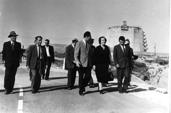 Noch älter als der Reaktor in Dimona ist der israelische Forschungsreaktors Sorek, der 1955 am Fluß Nahel Sorek errichtet wurde. Das Foto zeigtdie frühere israelische Regierungschefin Golda Meir und den ehemaligen Arbeitsminister Shimon Peres im Jahr 1960 beim Besuch der Anlage.