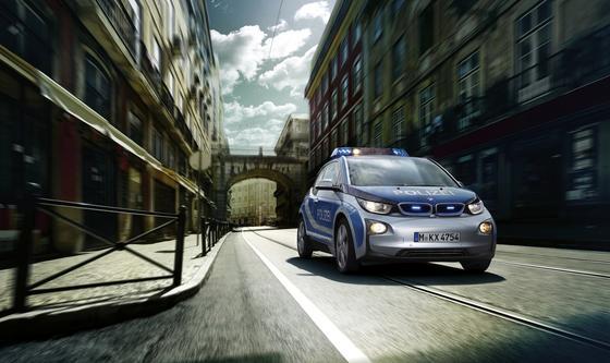 BMW hat dem i3 eine neue, leistungsstärkere Batterie spendiert. Damit soll das Elektroauto bis zu 190 km weit kommen. Das wird auch die Polizei freuen, die schon einige i3 im Einsatz hat.
