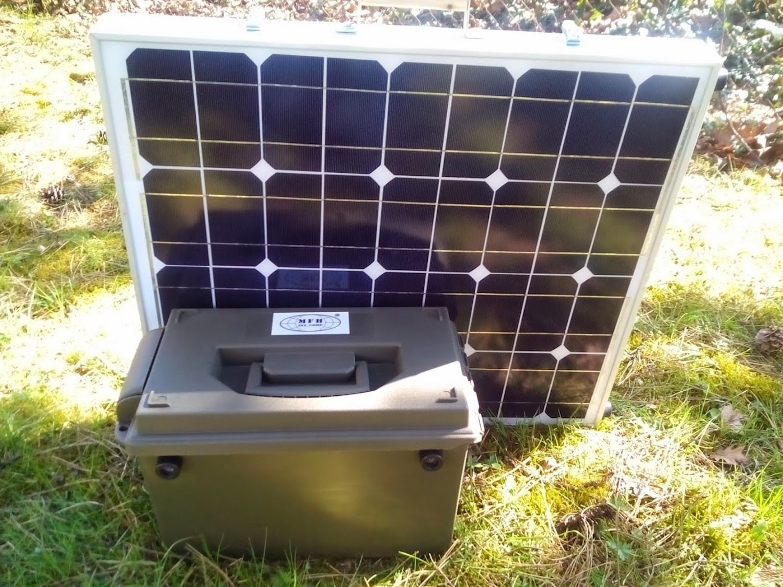 Bei der Ausführung 20 AH lässt sich das Solarmodul zu einer Kofferform zusammenklappen. Die Batterie befindet sich in einer Munitionskiste.