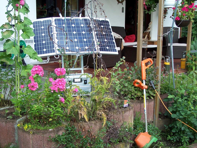 Die mobile Photovoltaikanlage auf der Terrasse. Je nach Ausführung erzeugen die Geräte 12- und 24-V-Gleichstrom oder 230-V-Wechselstrom (150-4000 W).