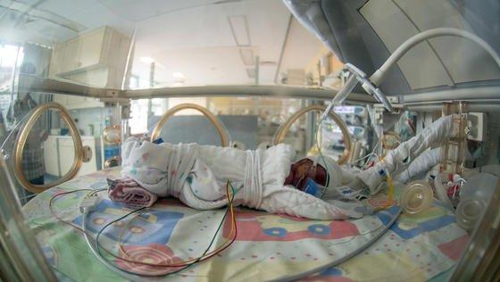 Ein Frühchen im Brutkasten: Samsung will jetzt mit einer App für eine Geräuschkulisse sorgen, die dem Baby suggeriert, es befinde sich noch im Mutterleib.