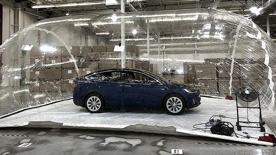 Teslas Modell X in einer Blase mit verschmutzter Luft: Ausgerüstet mit einem neuen Filtersystem war die Luft im Autonach wenigen Minuten so gut gereinigt, dass Insassen absolut frische und reine Atmosphäre hätten genießen können. Selbst die Luft in der Umgebung sei nach einiger Zeit um rund 40 Prozent sauberer gewesen als vorher.