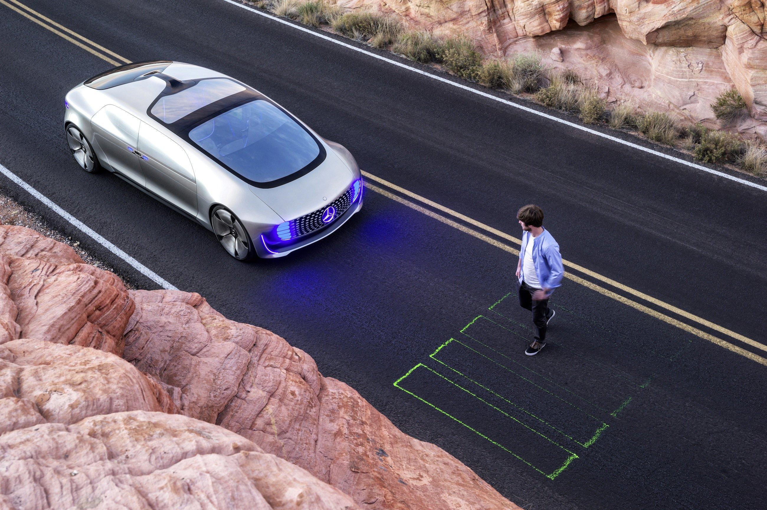 Die LED in der Front signalisieren dem Fußgänger, dass er die Straße überqueren kann. Per Laser kann das Auto sogar einen Zebrastreifen auf die Straße werfen.