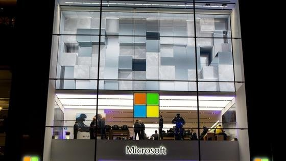 Microsoft Store in New York: Der Anteil der Windows-Betriebssysteme auf Desktop-Computern ist erstmals seit Jahren auf unter 90 % gesunken.