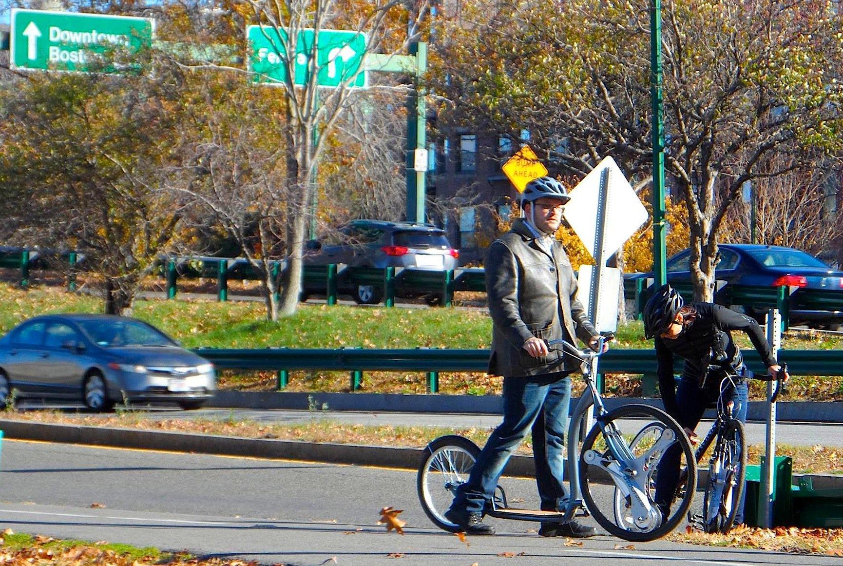 Auch ein Roller lässt sich mit dem Vorderrad vonGeo Orbital Wheels ausstatten und so mit einem Elektroantrieb ausstatten.