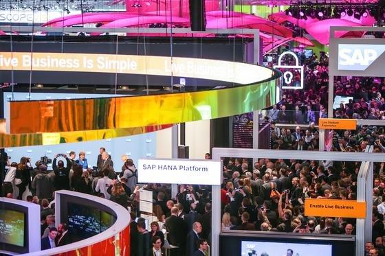 """SAP-Stand auf der CeBIT 2016: """"Diese Partnerschaft wird den Einsatz von iPhones und iPads in Unternehmen grundlegend verändern"""", glaubt Apple-Chef Tim Cook."""