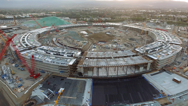 Die neue Apple-Zentrale in Cupertino wird das teuerste Gebäude der Welt. Bereits Ende 2016 sollen 13.000 Mitarbeiter in das kreisrunde Gebäude einziehen. Die Außenfassade aus gebogenem Glas liefert der deutsche Mittelständler Seele aus der Nähe von Augsburg.
