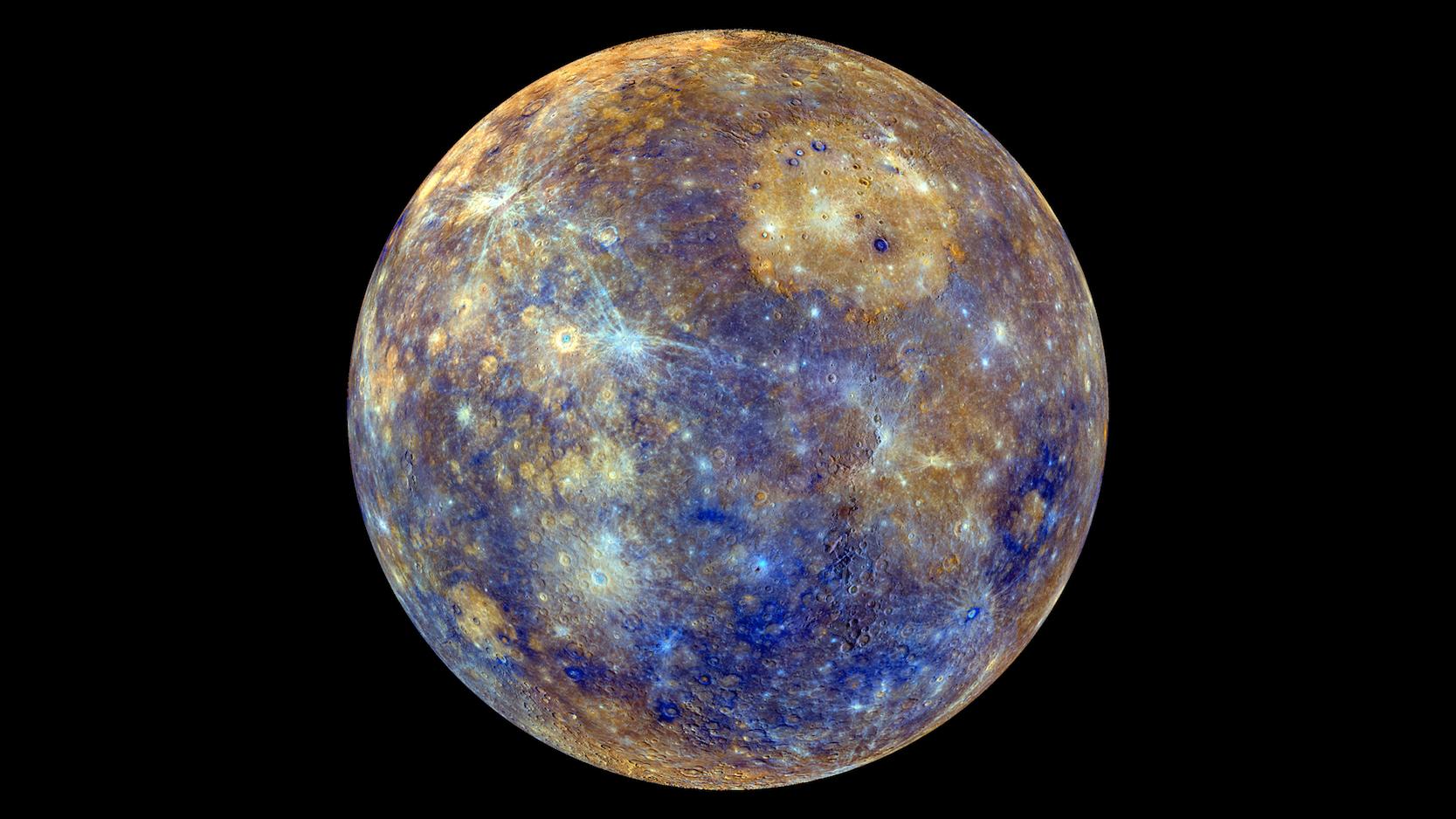 Darstellung der Oberfläche des Merkurs (coloriert), der sich am Montag vor die Sonne schieben wird. In Wirklichkeit ist der Merkurschwärzer als Asphalt. Graphit lässt ihn dunkel erscheinen. Die Oberfläche reflektiert lediglich 10,6 % des Sonnenlichts, beim Mond sind es 12 %. Damit sind beide dunkler als Asphalt, der etwa 15 % des einfallenden Sonnenlichts zurückwirft.