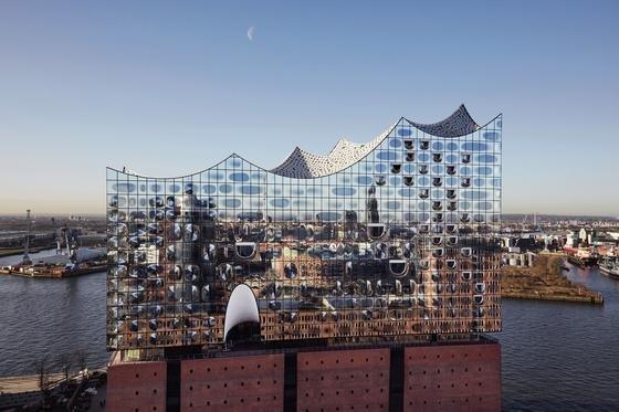 Die Kräne sind weg: Die Elbphilharmonie in Hamburg steht kurz vor der Fertigstellung. Derzeit wird der große Konzertsaal mit einer gigantischen Orgel ausgestattet.