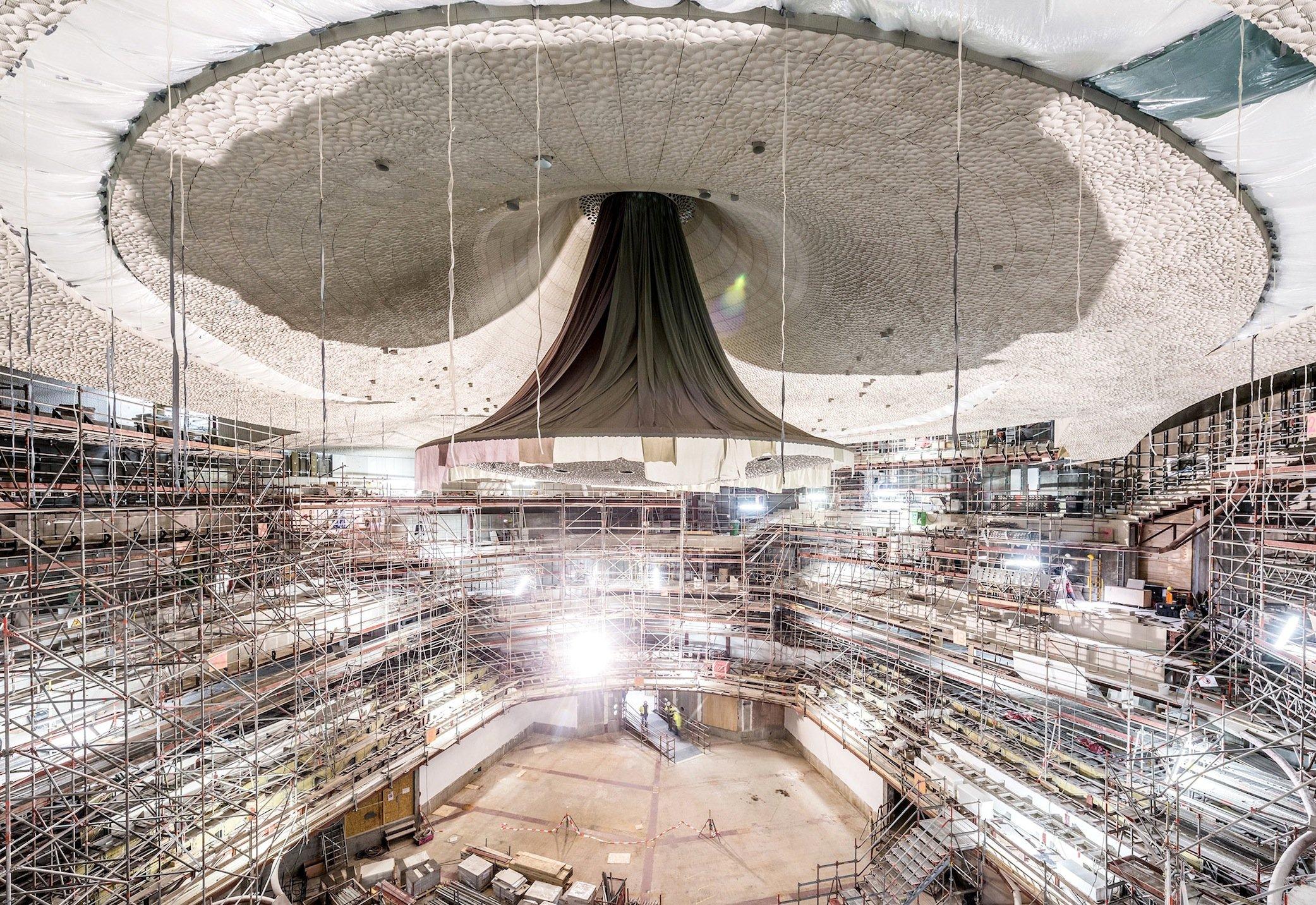 Die rund 6000 m2 große Wand- und Deckenverkleidung besteht aus etwa 10.000 Gipsfaserplatten mit einem Gesamtgewicht von 226 t. Der Einbau im vergangenen Jahr war sehr aufwendig, soll aber der Elbphilharmonie eine hervorragende Akustik garantieren.