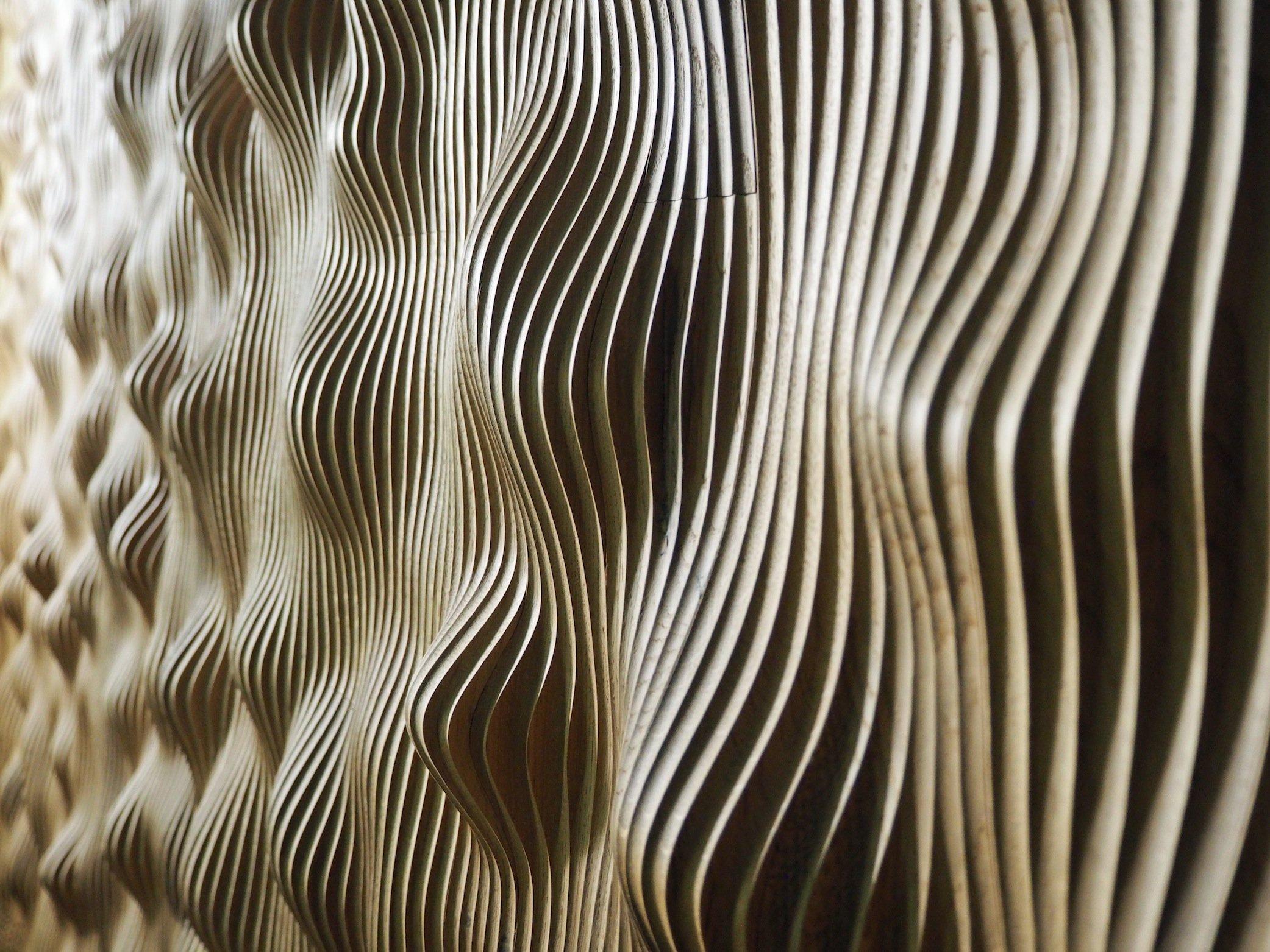 Die Oberfläche im Großen Saal aus Gips und Papier soll für eine hervorragende Akustik an jedem Platz sorgen.