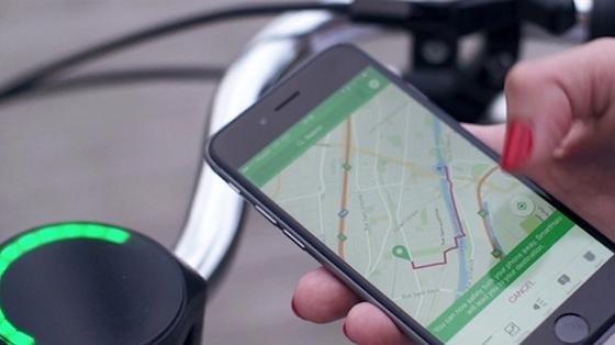 So, jetzt kann das Smartphone in die Tasche. Alle weiteren Informationen können jetzt am SmartHalo abgelesen werden, das am Lenkrad befestigt wurde.