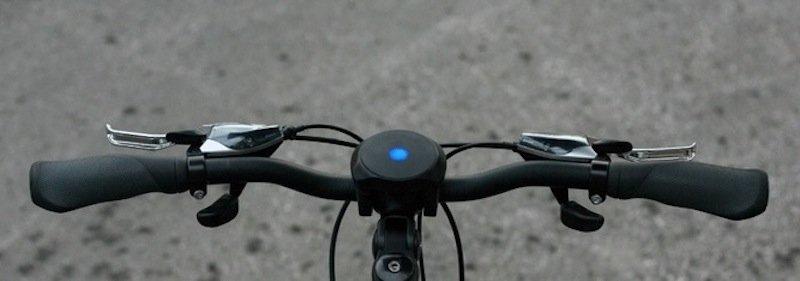 Das blaue Signal auf dem SmartHalo zeigt an, dass gerade ein Anruf auf dem in der Tasche verstauten Handy eingeht.
