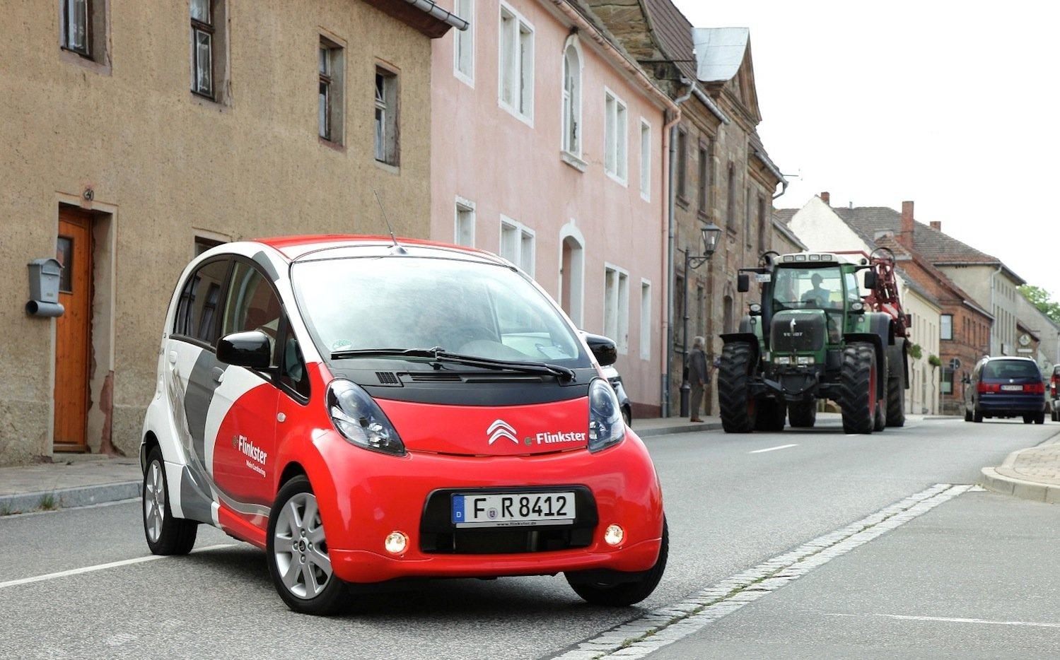 Die Bahn hat inzwischen eine Carsharing-Flotte von 7000 Fahrzeugen in über 300 Städten mit Hilfe auch von Partnern wie Car2go aufgebaut. Künftig will die Bahn auch eine Flotte von autonom fahrenden Autos betreiben, die zum Beispiel Fahrgäste auf dem Land abholen und zum Bahnhof fahren.