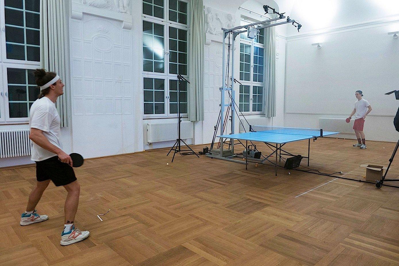 Die Tischtennisplatte als Projektionsfläche: Von oben werden Informationen auf die Platte projiziert, die den Spielern schnelle Hilfe bieten.