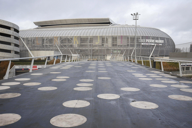 Über 50.000 Zuschauer passen ins 2012 eröffnete neue StadionPierre Mauroy in Lille in Nordfrankreich. Wie die Schalke-Arena lässt sich nicht nur das Dach des Stadions verschließen. Der Innenraum lässt sich halbieren, so dass aus dem großen Fußballstadion eine Musik- und Konzerthalle wird.