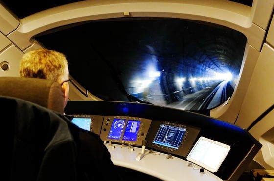 Lokführer in einem ICE: Es gibt zwar immer mehr Assistenzsysteme, doch die Verantwortung zur Steuerung eines Zuge liegt immer noch in der Hand von Menschen. Autonom fahrende Züge kann sich Bahnchef Grube in 10 bis 20 Jahren vorstellen.