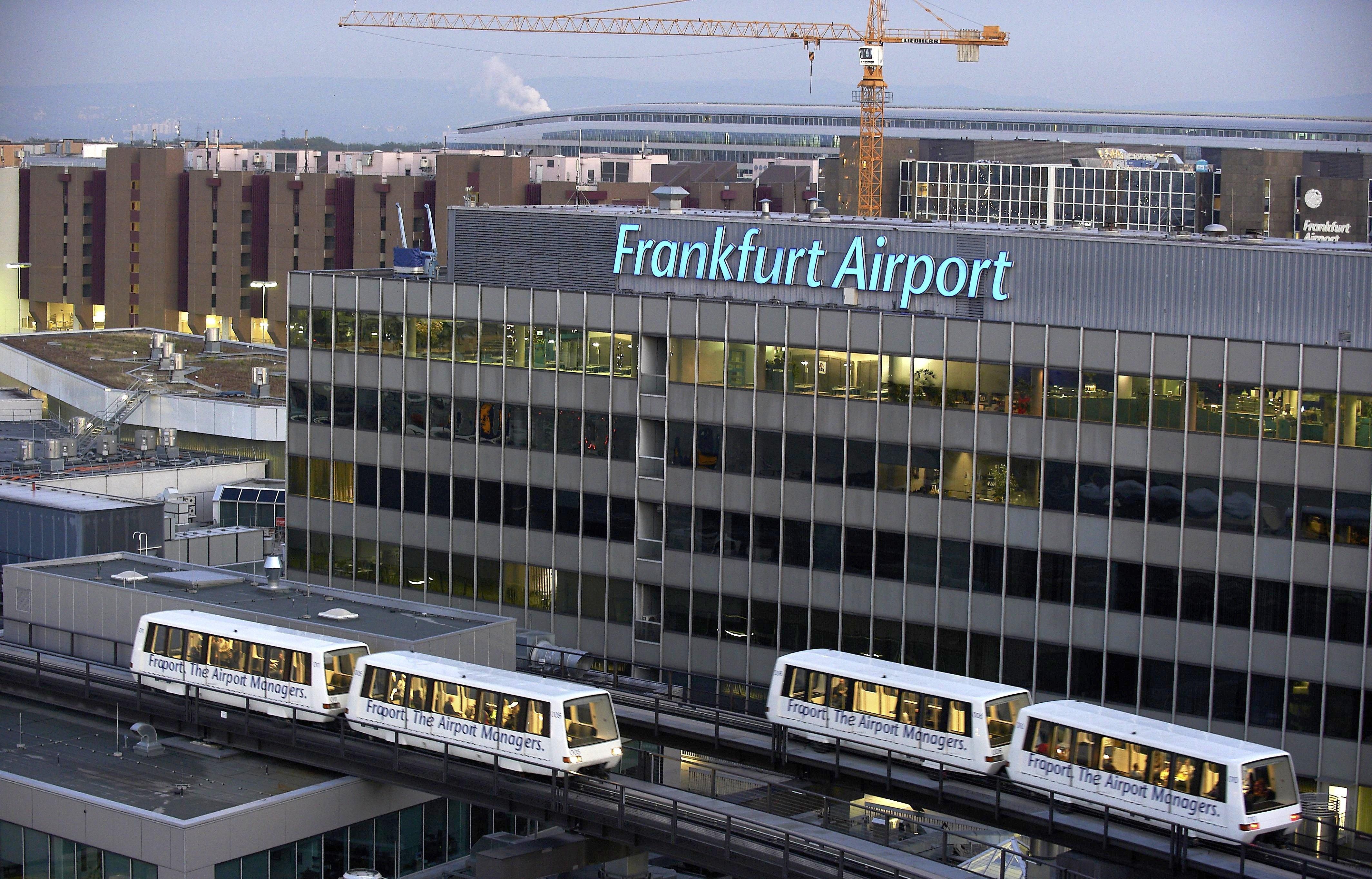Die Hochbahn Skyline am Flughafen Frankfurt transportiert jeden Tag bis zu 25.000 Fahrgäste vollautomatisch und ohne Fahrer. Sie ist seit 20 Jahren in Betrieb.