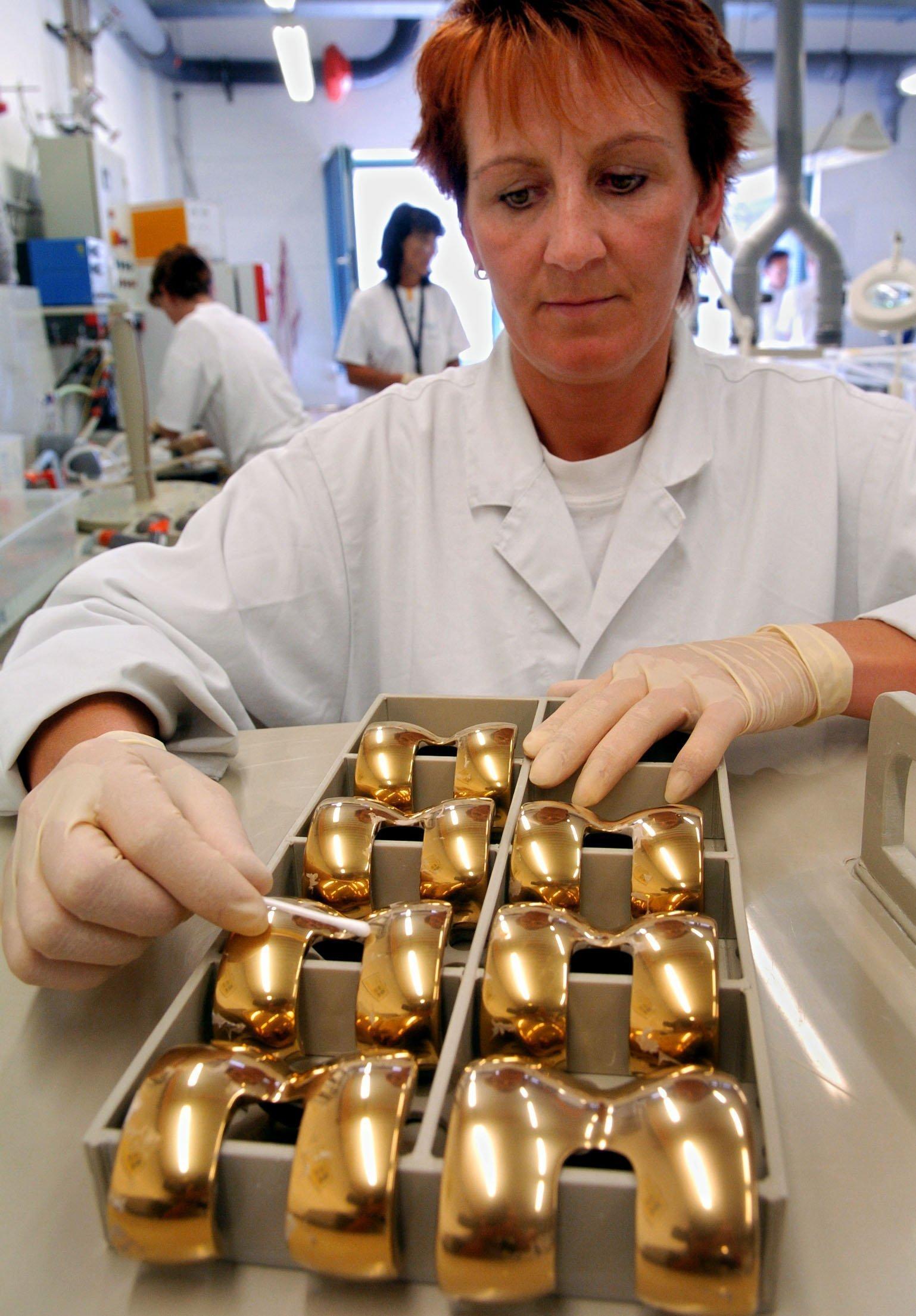 Implantate aus Metall:Wenn Bakterien mit Wasser und Metallen in Berührung kommen, bildet sich meist schnell ein Biofilm. Das kann zu Komplikationen nach der OP führen.