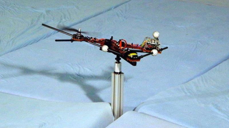 Benötigt Starthilfe: Erst wenn der Rotor des Monospinners eine bestimmte Drehzahl erreicht hat, kann die Verbindung zum Mast gelöst werden. Oder man wirft ihn per Hand wie eine Frisbeescheibe in die Luft.