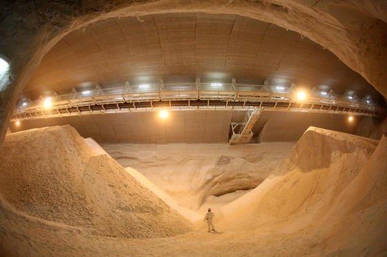 Rohsalz-Großbunker des Kaliwerks Werra rund 1200 m unter der Erde:Aus Salzstöcken lassen sich auch sogenannte Salzkavernen schaffen. Dafür pumpt man Wasser in den Untergrund, das Salz auswäscht und einen Hohlraum entstehen lässt.