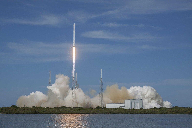 Start der Falcon-9vom Weltraumbahnhof Cape Canaveral. Die Trägerrakete ist ebenfalls recyclebar. Sie landete nach dem Abwurf der Dragon auf einer Plattform im Meer.