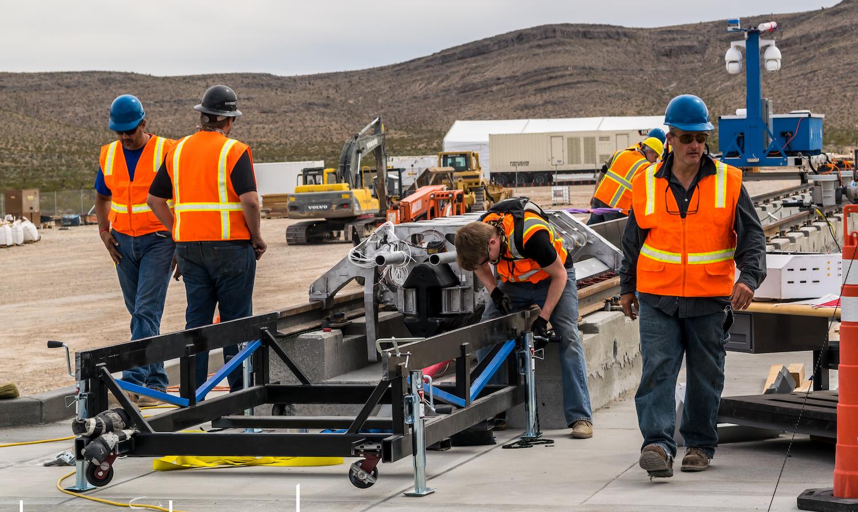 Vorbereitungen auf die Testfahrt: Auf einer 800 m langen Strecke beschleunigten Linearmotoren das rudimentäre Fahrgestell auf 160 km/h. Die Technik kommt auch in Japans Magnetschwebebahn Maglev zum Einsatz.