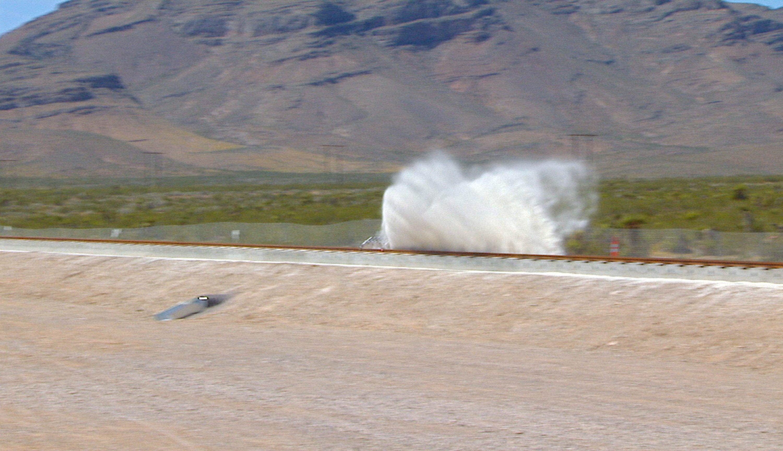 Die Teststrecke in der Wüste von Nevada ist nur 800 Meter kurz. Der Schlitten erreichte bei seinem ersten Test eine Geschwindigkeit von 160 km/h.