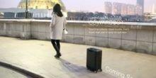 Smarter Rollkoffer Cowa Robot folgt seinem Besitzer auf dem Fuß