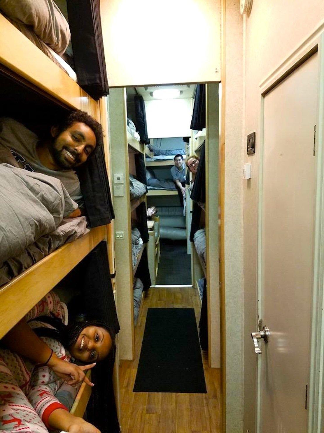 Vollbesetzte Schlafkabinen im SleepBus: Der umgebaute Truck verfügt sogar über ein Badezimmer. Obwohl der Truck schon früh morgens am Ziel eintrifft, dürfen die Fahrgäste bis 9 Uhr ausschlafen.