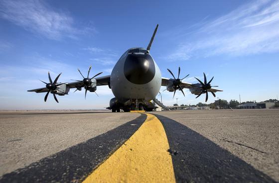 Eine A400M des Lufttransportgeschwader 62 der Bundeswehr auf dem südtürkischen Flugplatz in Incirlik: An dem Militärflugzeug wurden nun Haarrisse festgestellt. Teile des Rumpfes müssen ausgetauscht werden.